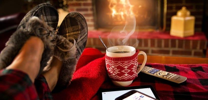 taza de té y chimenea