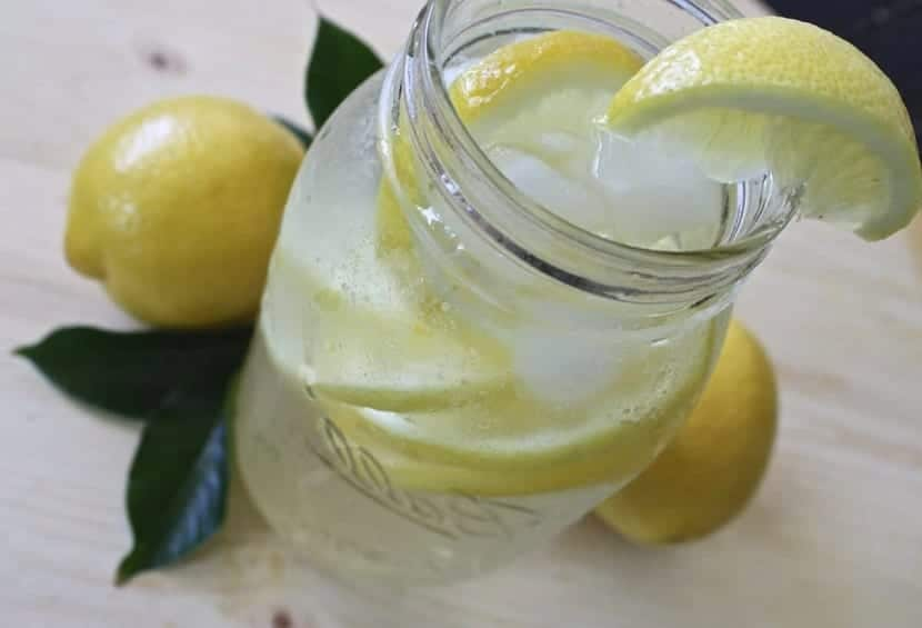 Zumo de limón para blanquear uñas
