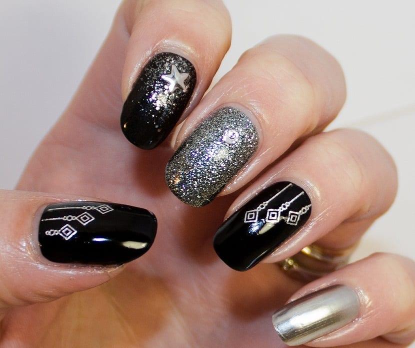 Manicura elegante en negro para Navidad