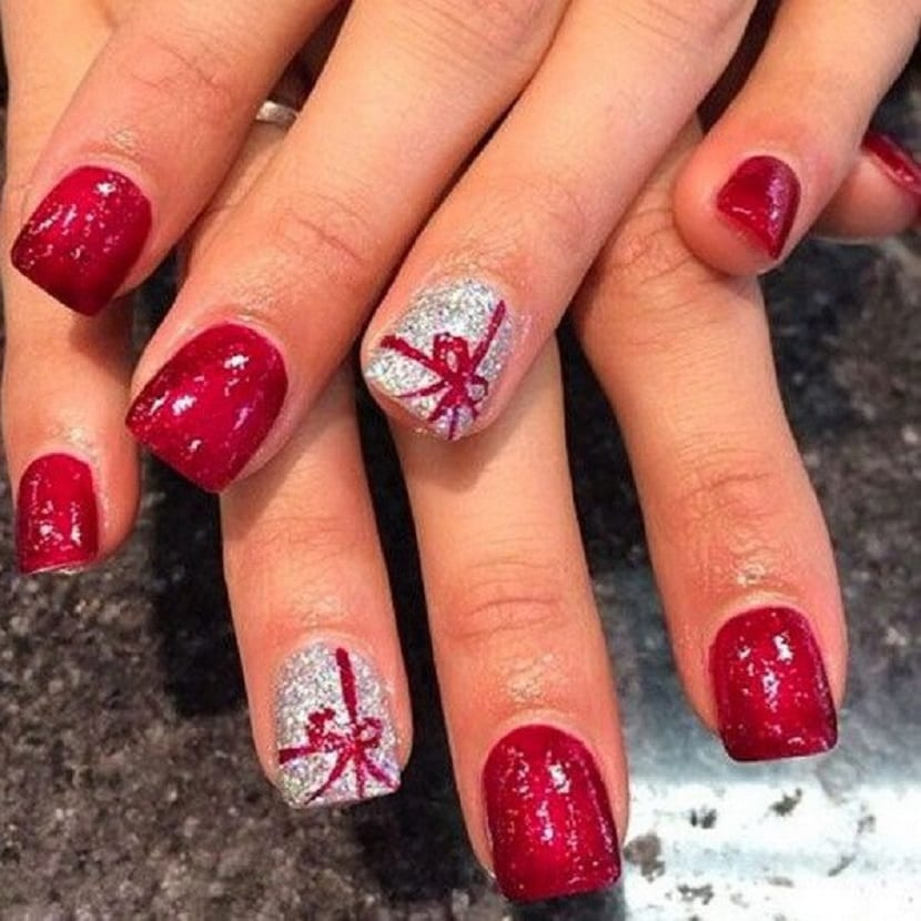 Manicura en color rojo y plata con lazos