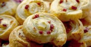Espirales o rollitos de hojaldre con queso y bacon