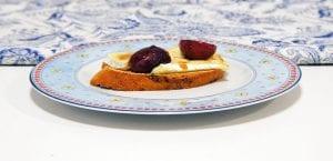 Tostas de queso brie y uvas