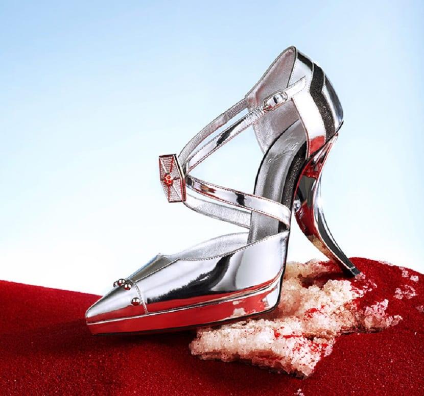 Zapato plateado tacón Louboutin