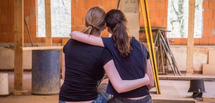 pareja de chicas abrazadas