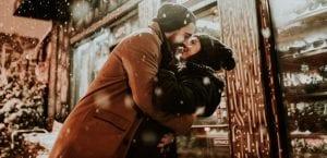 abrazo de pareja enamorada