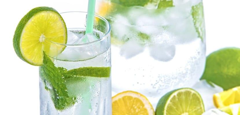agua con rodajas limón