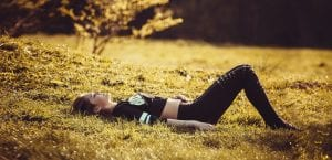 chica tumbada hierba