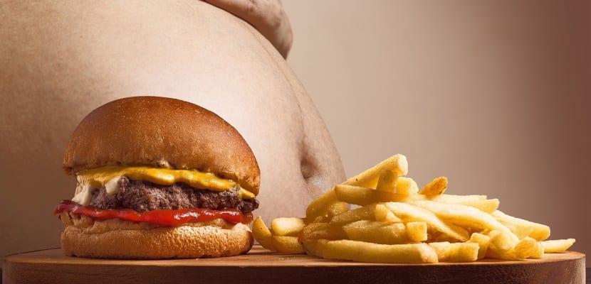 hamburguesa y patatas y vientre