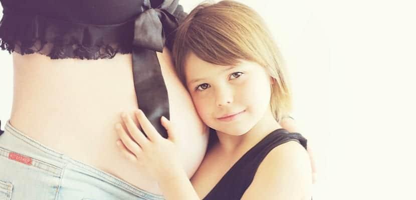 mujer embarazada y niña