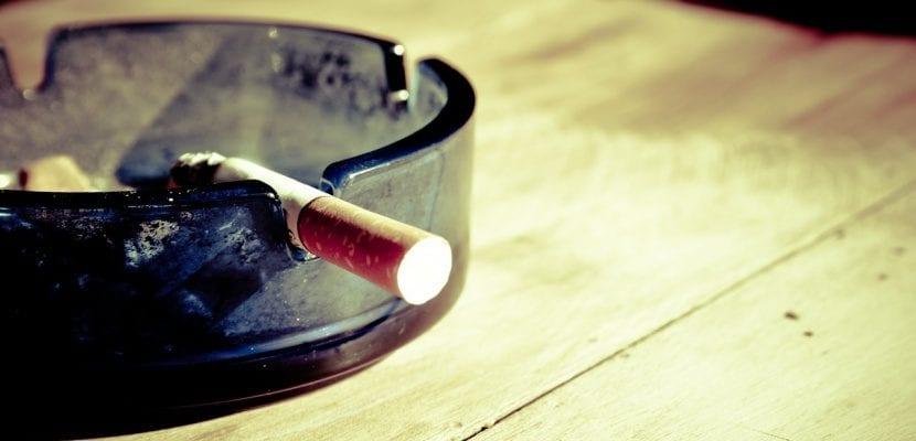 cenicero y cigarro