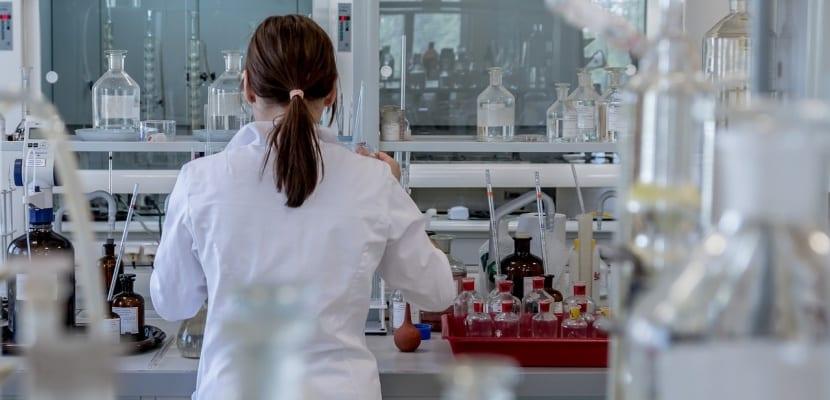 chica de laboratorio
