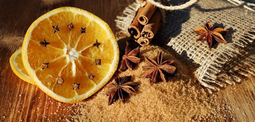 rodaja de naranja y clavo