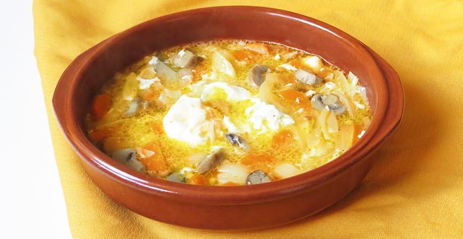 Sopa de champiñones con zanahoria y huevo