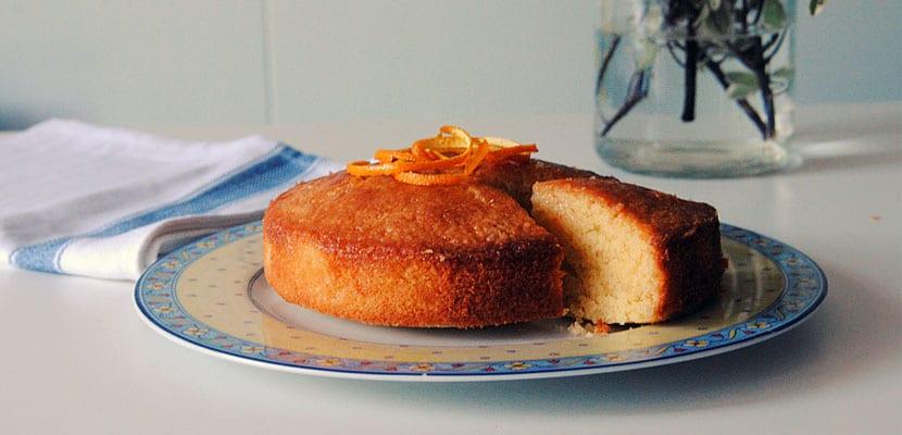 Tarta de naranja y almíbar de almendras