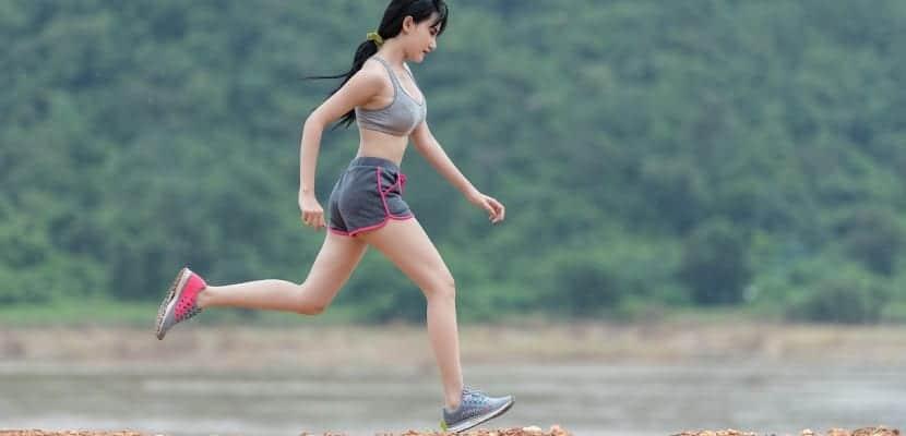 chica asiática corriendo