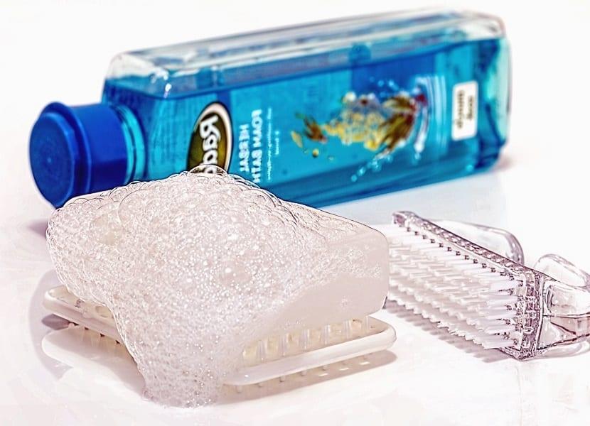 Agua y jabón para eliminar máculas de tinte