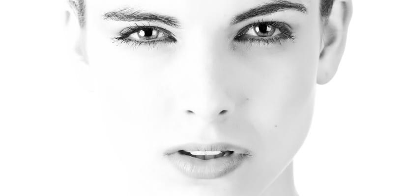rosto de joven en blanco y negro