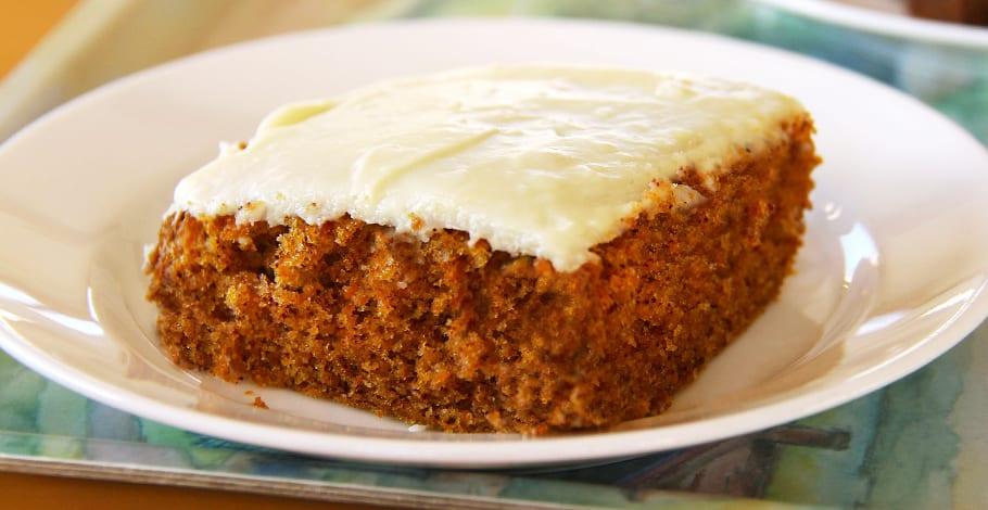 Tarta o pastel de zanahoria con nueces y cobertura