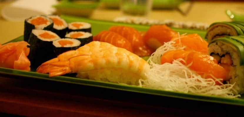 sushi bandeja con nabo daikon