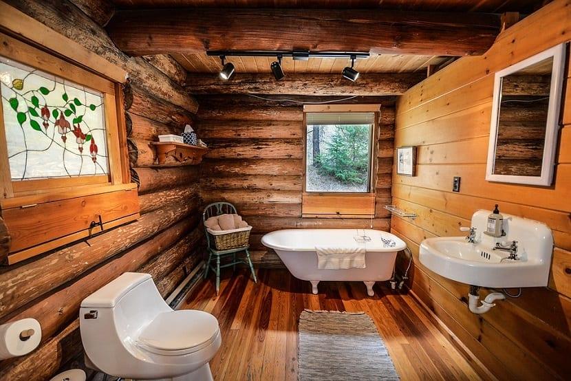 Paredes de madera en baño rústico