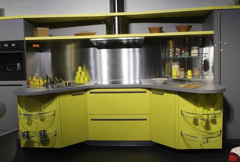 Cocina compacta moderna en tonos ácidos