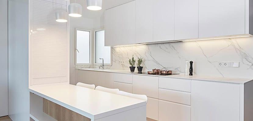 Cocinas blancas para el hogar todo un acierto for Cocinas bonitas blancas