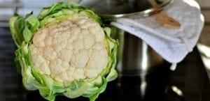 coliflor y olla en la cocina