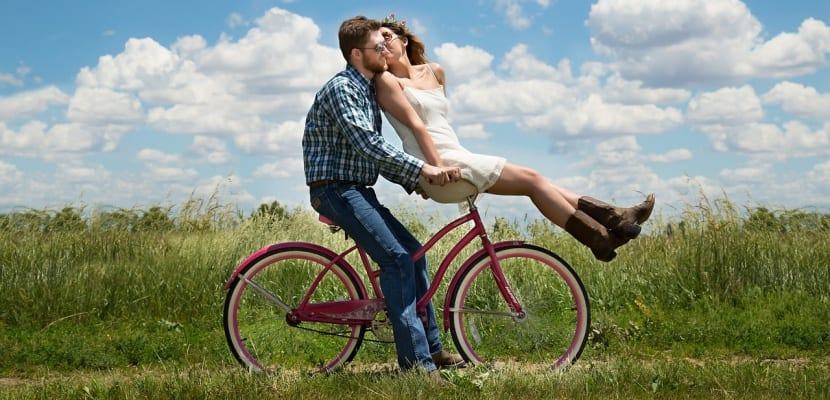 pareja feliz en bicicleta