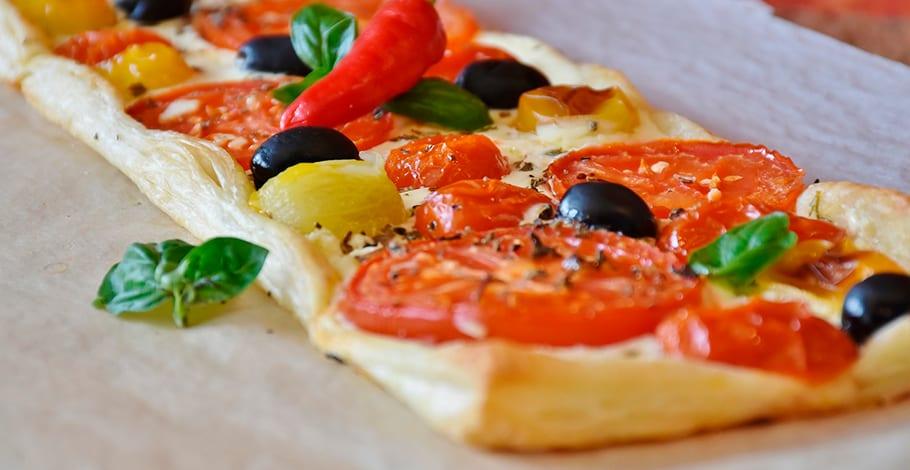 Hojaldre salado de tomates variados y queso de cabra