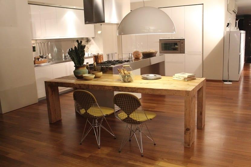 Cocinas con isla y mesas