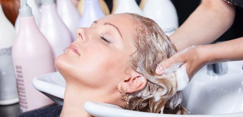 Lavar el cabello seco