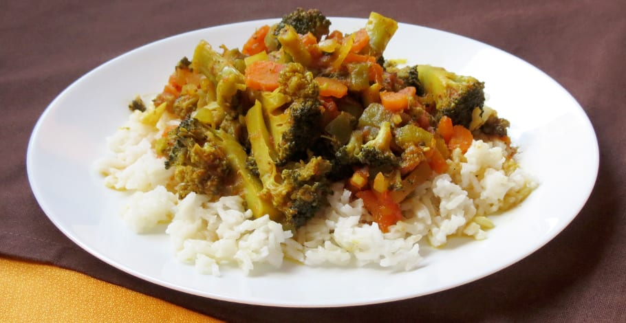 Brócoli salteado al curry con arroz