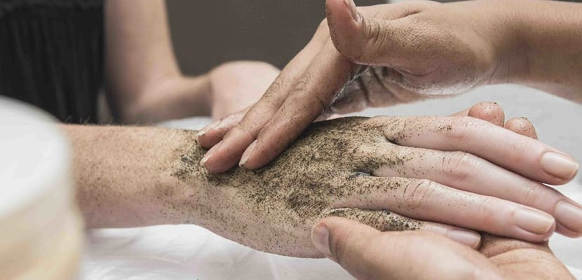 Exfoliar las manos
