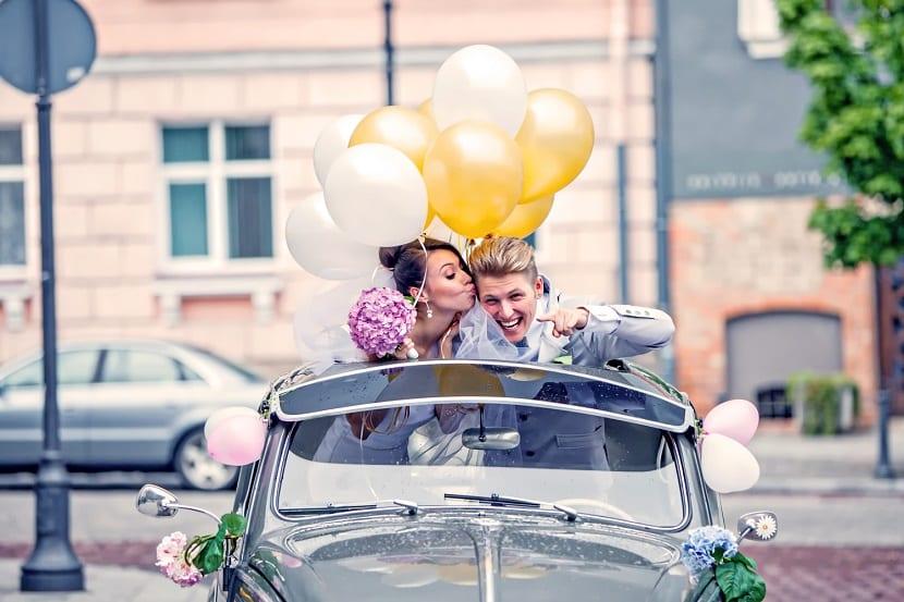 Decoración del coche de boda con globos