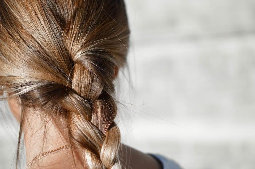 Rizar el pelo con trenzas
