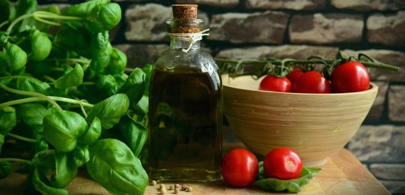 albahaca y tomates