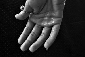 Cómo evitar que suden las manos