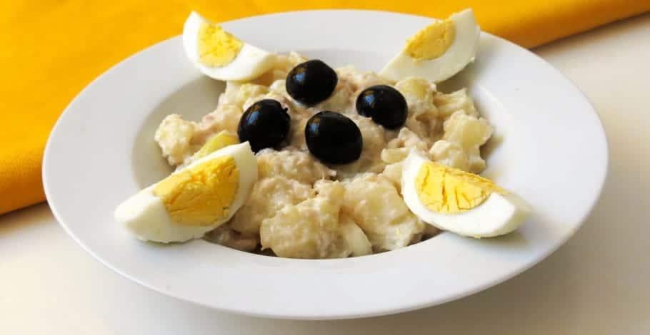 Ensalada de patata, atún y huevo con yogur