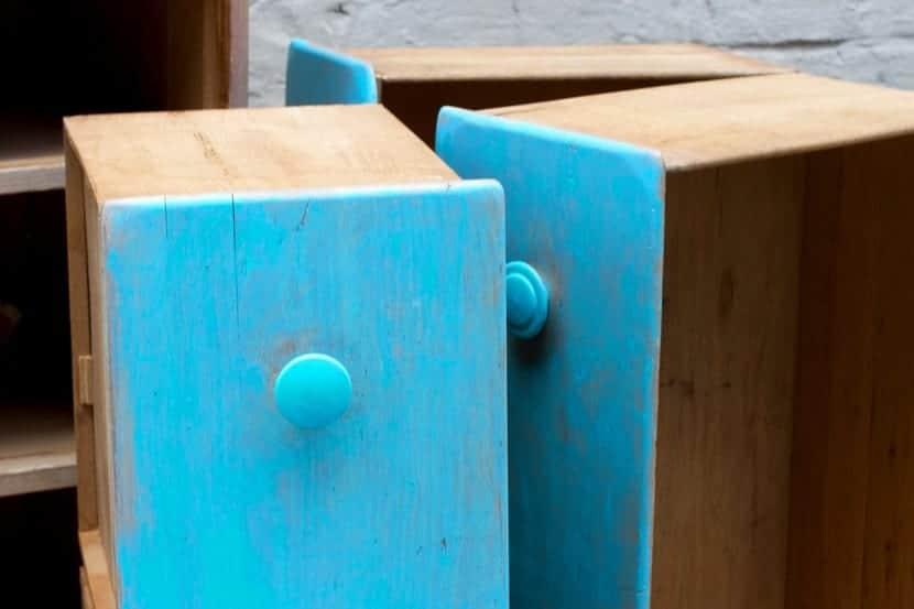 C mo pintar un mueble de madera pasos sencillos para un for Pintar muebles barnizados