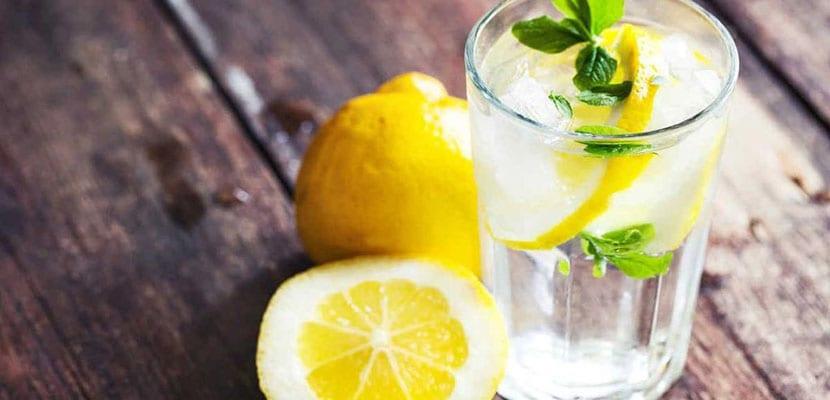 Agua con limón para la retención de líquidos