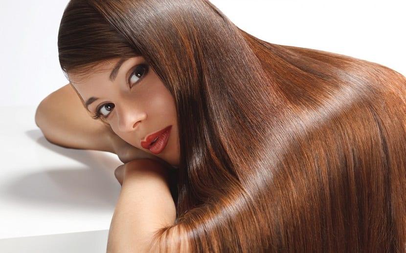 Alisar cabello con leche de coco