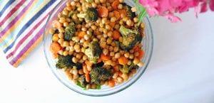 Ensalada templada de garbanzos crujientes, brócoli y zanahoria