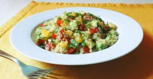 Ensalada de quinoa con pimiento rojo, melocotón y aguacate