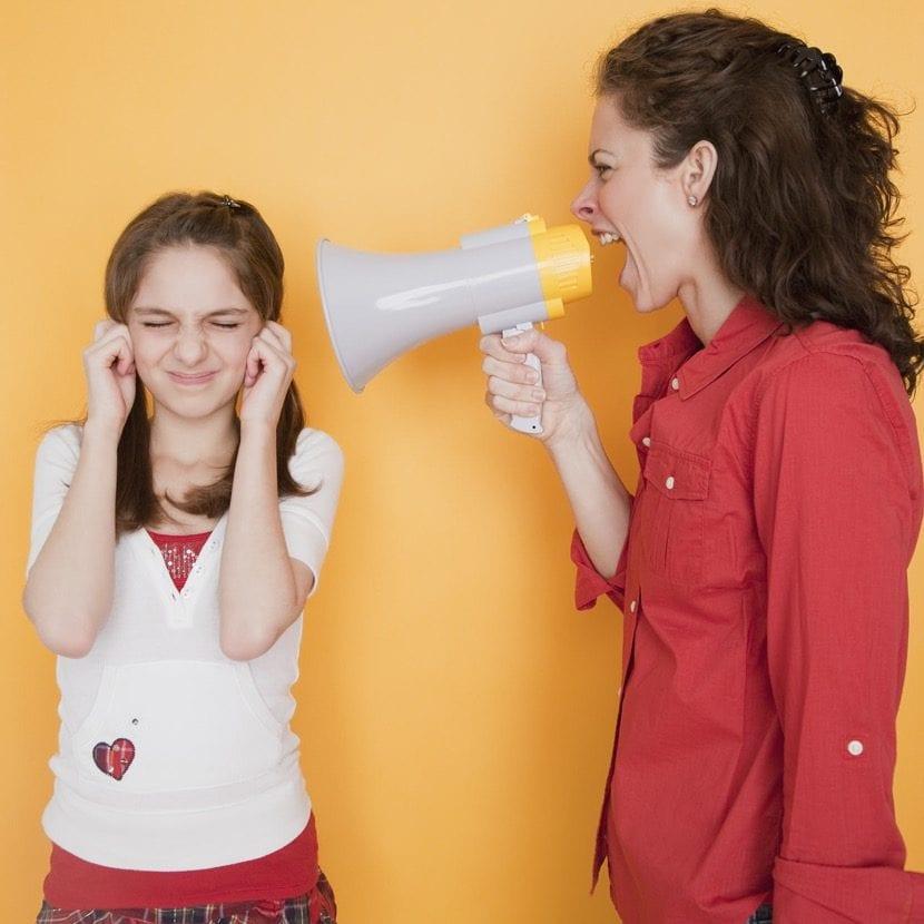 madre gritando a su hija