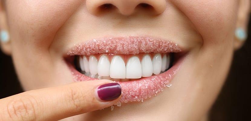 Exfoliar los labios secos