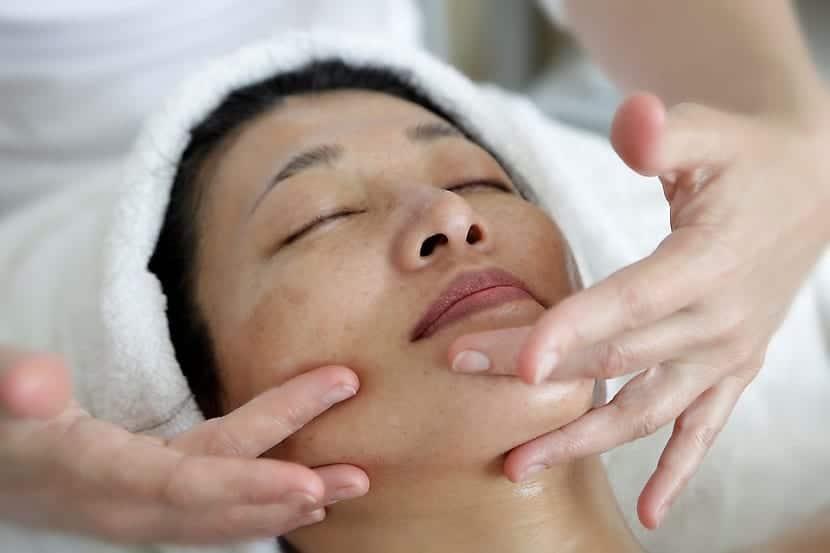 Masaje facial para rejuvenecer rostro