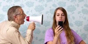 Adolescente con apatía que no hace caso a su padre
