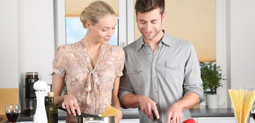 cocinar juntos en pareja