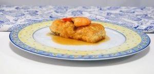Merluza en salsa de puerros con langostinos
