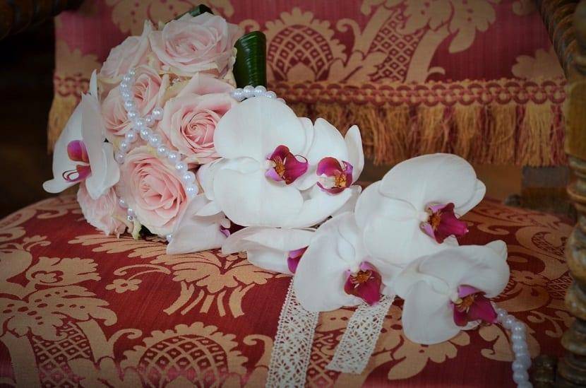 Ramo de rosas y orquídeas